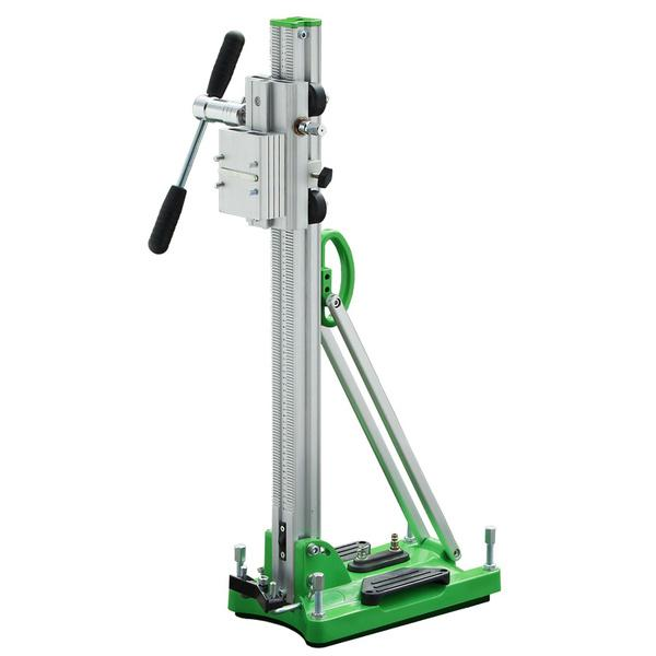Universell einsetzbarer Bohrständer D-250 V in Aktion mit stufenloser Schrägstellung in Gesamtaufnahme und grüner Fußplatte mit Fixierungsschrauben.
