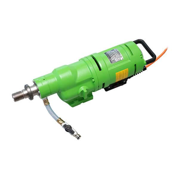 The BDK-33 drill motor in use under tough working conditions. Green and elongated, whereby fast and efficient work on the construction is guaranteed.
