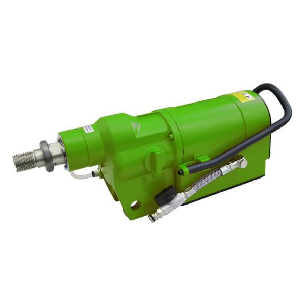 The BDK-38 drill motor in use under tough working conditions. Green and elongated, whereby fast and efficient work on the construction is guaranteed.