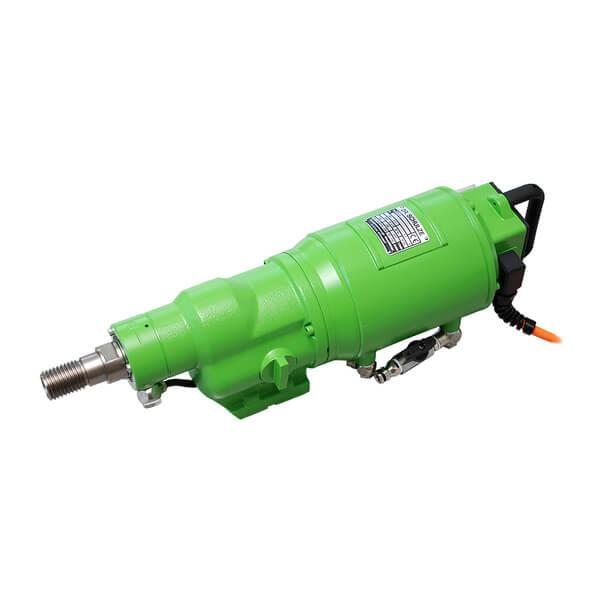 The BDK 4E / 4E S drill motor in use under tough working conditions. Green and elongated, whereby fast and efficient work on the construction is guaranteed.