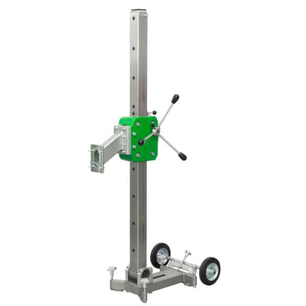 Der kompakte und anschauliche Bohrständer B-60 mit einem grünen farblichen Akzent ist äußerst effizient, wie in Aktion auf diesem Bild zu erkennen ist.