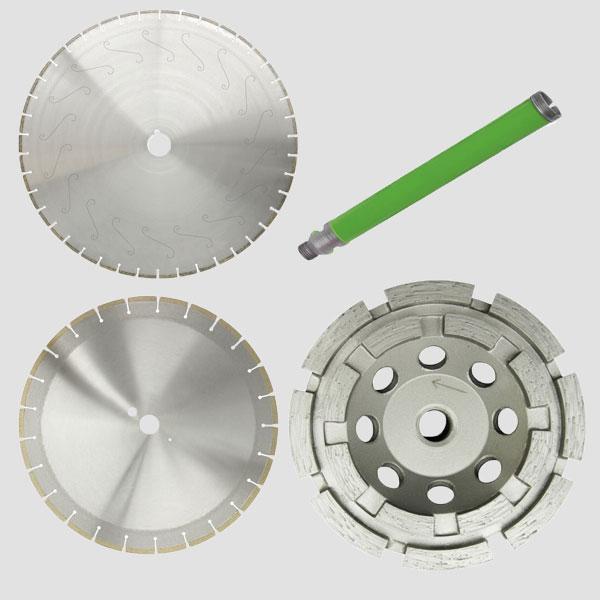 Werkzeuge für Industrie Aufgaben mit unterschiedlichen Zwecken in mehreren Farben, hauptsächlich silber und grau oder grünen Bohrkronen auf grauem Hintergrund.