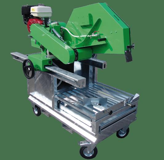 Starke Blocksteinsäge mit vier Transportrollen und Honda Benzin-Motor für Trennscheiben mit einem Durchmesser 1000 mm und Schnitttiefen bis 405 mm.