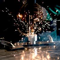 Diese Nahaufnahme von Schweißarbeiten in dem tschechischen Produktionswerk der Dr. Schulze GmbH verweist auf das Image-Video der professionellen Produktion.