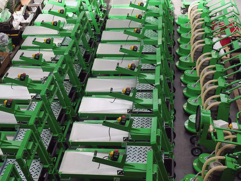 Aufnahme aus Vogelperspektive von einer großen Menge von qualitativ hochwertigen in grünen Farben Schneidemaschinen und Bodenbearbeitungsmaschinen mit Zubehör.