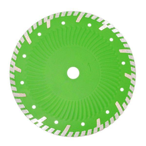 Die grüne und moderne Diamanttrennscheibe Evolution hat ein graues Turbo Vollkranz Muster und einen Kern mit Kühllöchern und Schutzsegmenten.