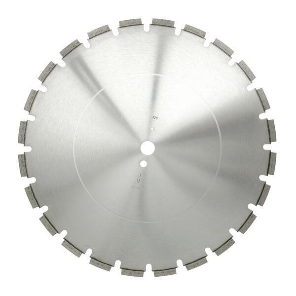Dieses Produktbild zeigt mittig eine silberne Diamanttrennscheibe ALS-E 10 aus frontaler Sicht im Anwendungseinsatz auf einer Steintrennmaschine.
