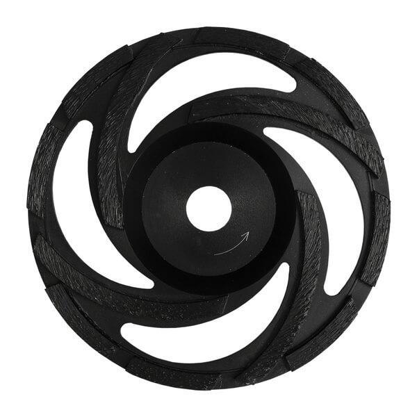Schwarzer und runder ST-Rotor Schleifteller mit Segmenthöhen von 5 mm im Einsatz bei Beton, Naturstein und Beschichtungen mit unterschiedlichen Durchmessern.