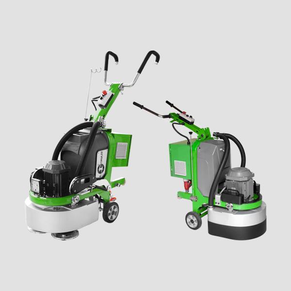 Zwei Bodenschleifmaschinen mit mehreren Schleifscheiben für eine effiziente Arbeitsweise und robusten Rädern für schnelles Fortbewegen sind hier zu sehen.