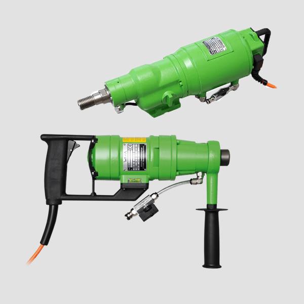Grüne Bohrmotoren mit praktischen Griffen für die präzise Arbeit und variablem Aufsatz, ähnliche Grundform bei den meisten Bohrmotoren auf grauem Hintergrund.