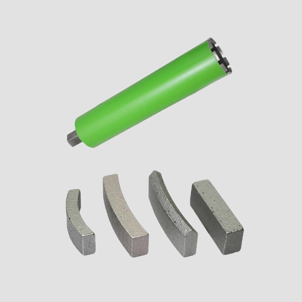 Neben einer seitlichen, grünen Diamantbohrkronen für verschiedenen Anwendungsbereiche wird auf diesem Produktbild ebenfalls ein robustes Segment dargestellt.