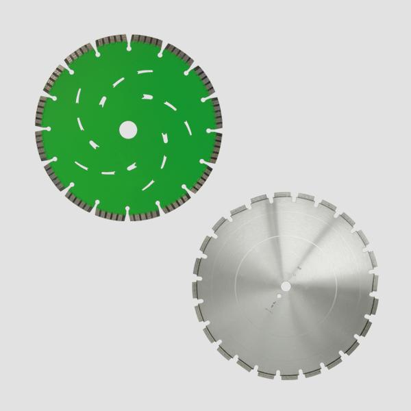 In der oberen linken Ecke dieses Bildes befindet sich eine grüne Diamanttrennscheibe, in der unteren rechten Ecke ist eine graue Diamanttrennscheibe.