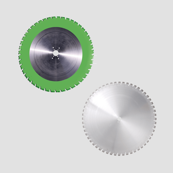 The new and high-quality round diamond cutting discs for the highly innovative wall saws are visible here and have a gray color or a green border.
