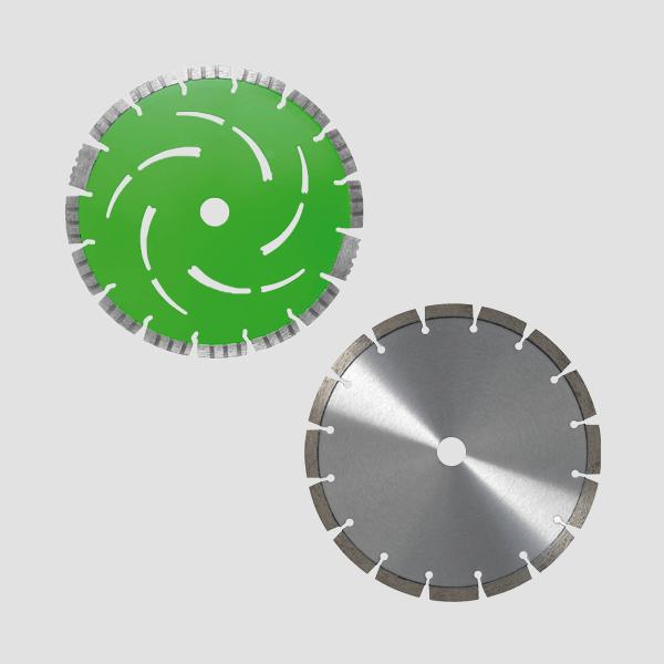 Dieses Produktfoto präsentiert zwei Diamanttrennscheiben nebeneinander, eine der Scheiben ist grün mit Muster und die andere ist grau mit Segmenten.