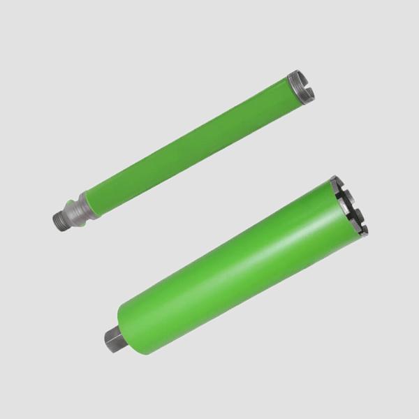 Zwei grüne und längliche Bohrkronen im Einsatz für die Feuerfestmaterialbearbeitung unter höchsten Anforderungen. Dr. Schulze garantiert höchste Standards.